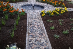 Creazione giardino fontanella (parte 2). Al centro del sentiero è stata installata una piccola fontana.